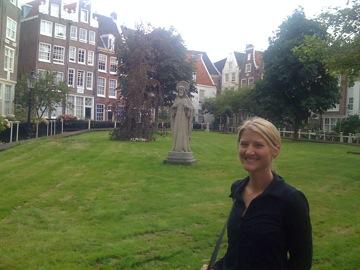 Lesley at the Begijnhof